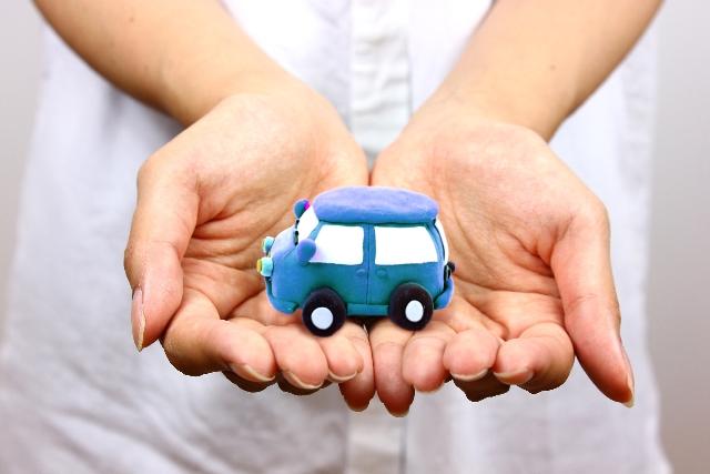 手に車の模型