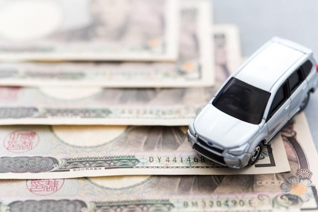 お金と車の模型